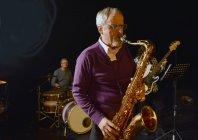 Männliches Saxofonspiel mit geschlossenen Augen — Stockfoto