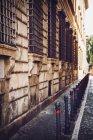 Row of latticed windows facade at street scene — Stock Photo