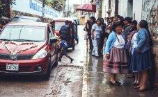 Ayacucho, Perù - 30 dicembre 2016: Gli ospiti del matrimonio in piedi sul marciapiede — Foto stock