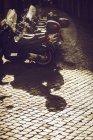 Rangée de scooters garés sur la scène de rue au crépuscule — Photo de stock
