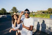 Couple avec vélo regardant la caméra — Photo de stock