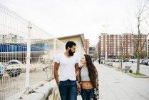 Couple charmant marchant dans la rue — Photo de stock