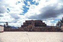 Пірамідальні храм інків над яскраві cloudscape — стокове фото