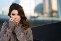 Портрет молодой женщины, стоящей в теплой одежде и трогательном лице . — стоковое фото