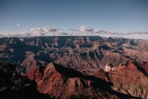 Paysage de montagne plane dans le ciel — Photo de stock