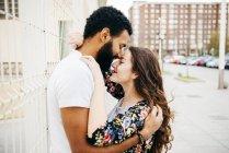 Casal feliz abraçando e beijando na rua — Fotografia de Stock