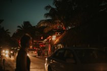 MEXICA- Mart 9, 2017: Street scene of traffic and pedestrian near bars in tropical city in nighttime. — Stock Photo