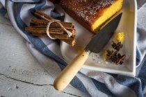 Обрезать изображение плиты с домашней выпечкой, нож и специй на полотенце — стоковое фото