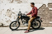 Man in sunglasses sitting on motorcycle — Stock Photo