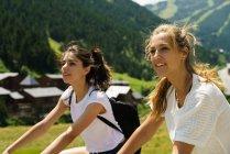 Дві дівчинки, їзда на велосипедах в сільській місцевості гора — стокове фото