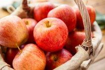 Close-up of fresh recoger manzanas en cesta - foto de stock