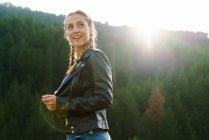 Femme joyeuse marche sur Prairie et à la recherche de suite — Photo de stock