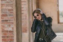 Mädchen mit Kopfhörern schaut nach unten — Stockfoto