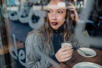Mulher bebendo leite em beanery . — Fotografia de Stock