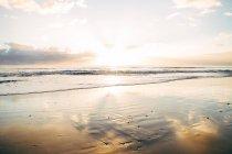 Tranquille plage au coucher du soleil — Photo de stock