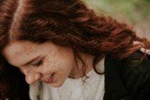 Ritratto di ragazza allegra sorridente e guardando giù — Foto stock