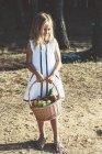 Anónimo niño con cesta de frutas - foto de stock