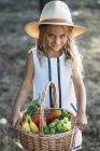 Niños expresivos con cesta de fruta - foto de stock