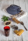 Thé arabe et épices sur une table blanche en bois — Photo de stock