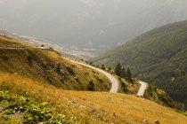 Звивистій дорозі в горах — стокове фото