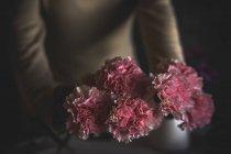 Vista da vicino del fiore nelle mani di fiorista femminile — Foto stock
