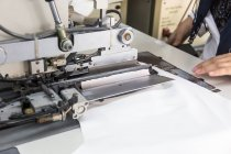 Обтинання рук працюють на одяг тканини — стокове фото