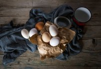 Stillleben mit Huhn Eiern auf ländlichen Tisch — Stockfoto