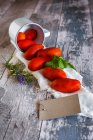 Tomates et menthe laisse sur serviette rural — Photo de stock