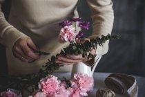 Mittleren Bereich der weiblichen Florist, Blumenstrauß auf Tisch — Stockfoto