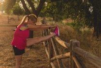 Esportista esticar as pernas antes de correr — Fotografia de Stock