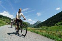 Женщины на велосипедах в сельской местности — стоковое фото