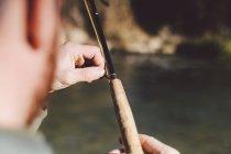 Обтинання руки, регулюючи ловлячий рибу Прут, неподалік від річки — стокове фото