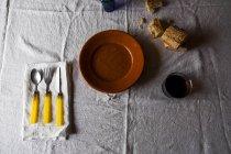 Ainda vida de mesa servida com prato, pão e suco de — Fotografia de Stock