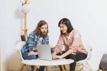 Homme et femme à l'aide d'ordinateur portable — Photo de stock
