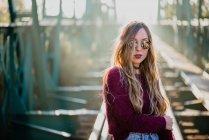 Ragazza in occhiali da sole in posa sul ponte — Foto stock