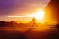 Silhouette d'homme en cours d'exécution sur nature au coucher du soleil p — Photo de stock