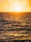 Luz solar acima mar áspero — Fotografia de Stock