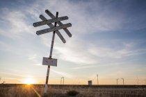 Знак перетину залізничних в сільській місцевості — стокове фото