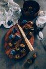 Prunes coupées sur planche de bois — Photo de stock