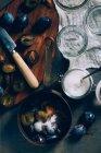 Нарезанные сливы в Кастрюля — стоковое фото
