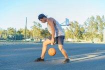 Молода людина дриблінг basketballball — стокове фото