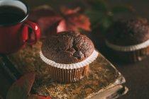 Muffin al cioccolato con la tazza di caffè — Foto stock