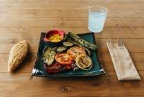 Gegrilltes Gemüse auf Platte — Stockfoto