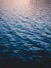 Пульсация голубой воды — стоковое фото