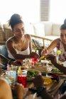 Freunde sitzen und Speisen gemeinsam im café — Stockfoto