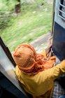 Von oben nicht erkennbare Person in traditioneller Kleidung in Zug — Stockfoto
