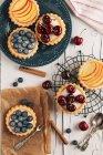 Direkt von oben Blick auf verschiedene süße Kuchen auf Tisch — Stockfoto