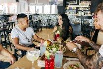Gruppo di amici allegri Intrattenimenti insieme al caffè — Foto stock