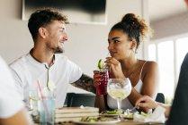 Paar mit Cocktails und Blick auf jeweils im café — Stockfoto