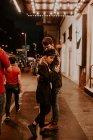 Чуттєвий пара, підтримуючи на вечір-стріт — стокове фото